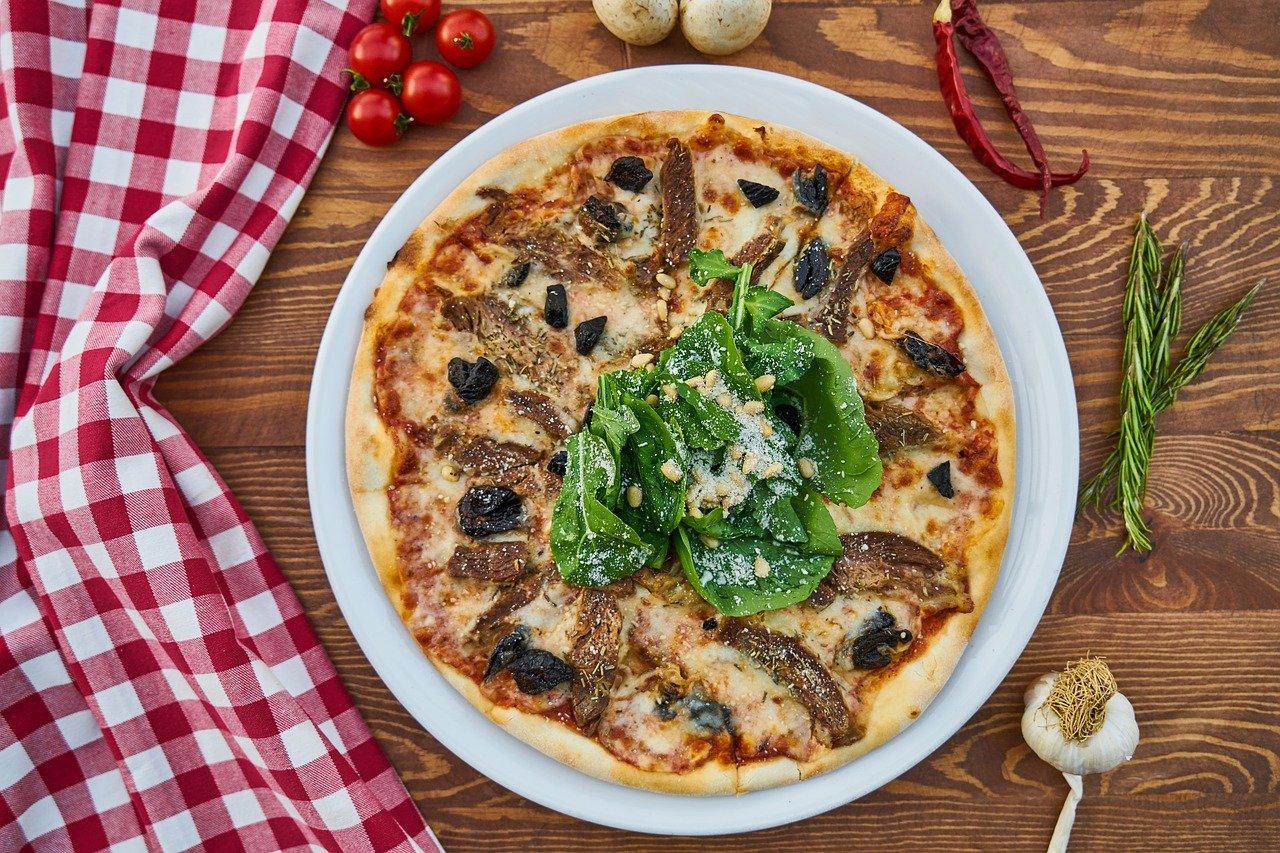 Pizzaofen für zu Hause lohnt sich der Kauf fertige Pizza für Genießer
